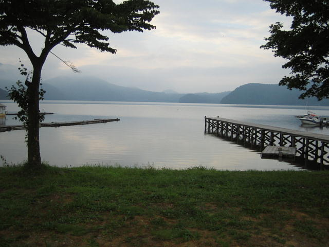 朝靄に煙る野尻湖♪
