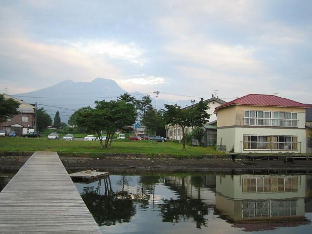 昨年@湖から見た宮川旅館&八百屋駐車場♪