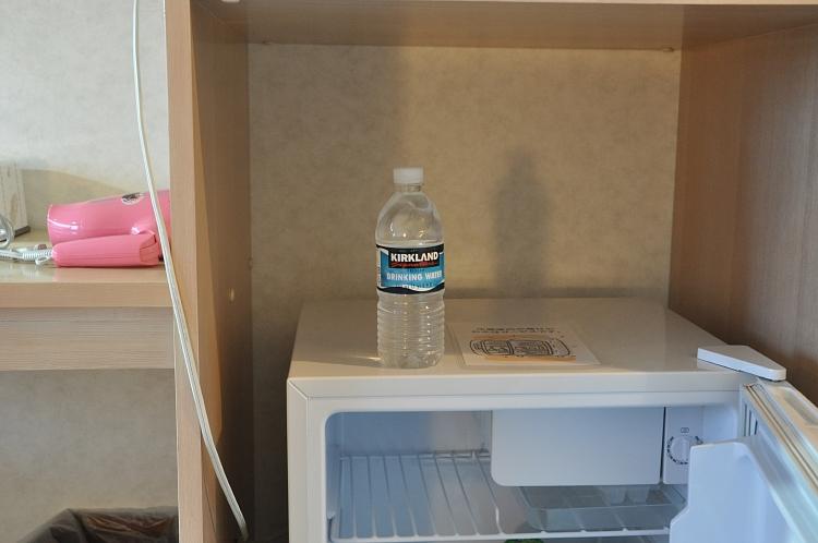 冷蔵庫とサービスの水♪