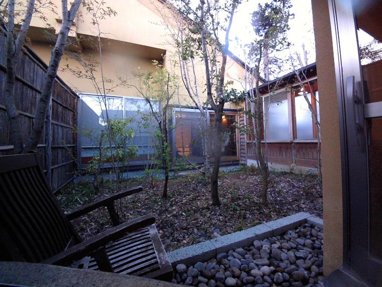 専用露天風呂から眺める中庭&我が家♪