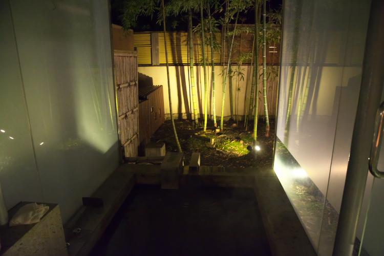 露天風呂から見た夜のお庭♪
